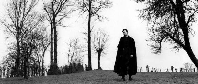 """Al adaptar la novela de Georges Bernanos, Robert Bresson utilizó voces en off para enfatizar los orígenes literarios y la realidad fílmica de """"Diario de un cura rural"""" en 1951."""